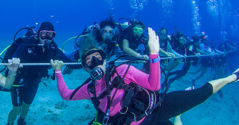Longest underwater human chain [Women]