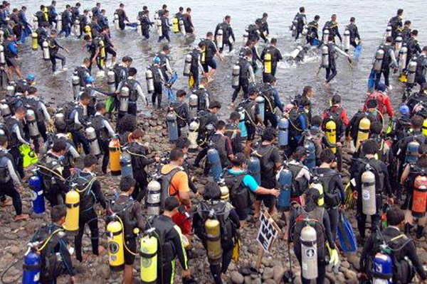 Most people scuba diving simultaneously
